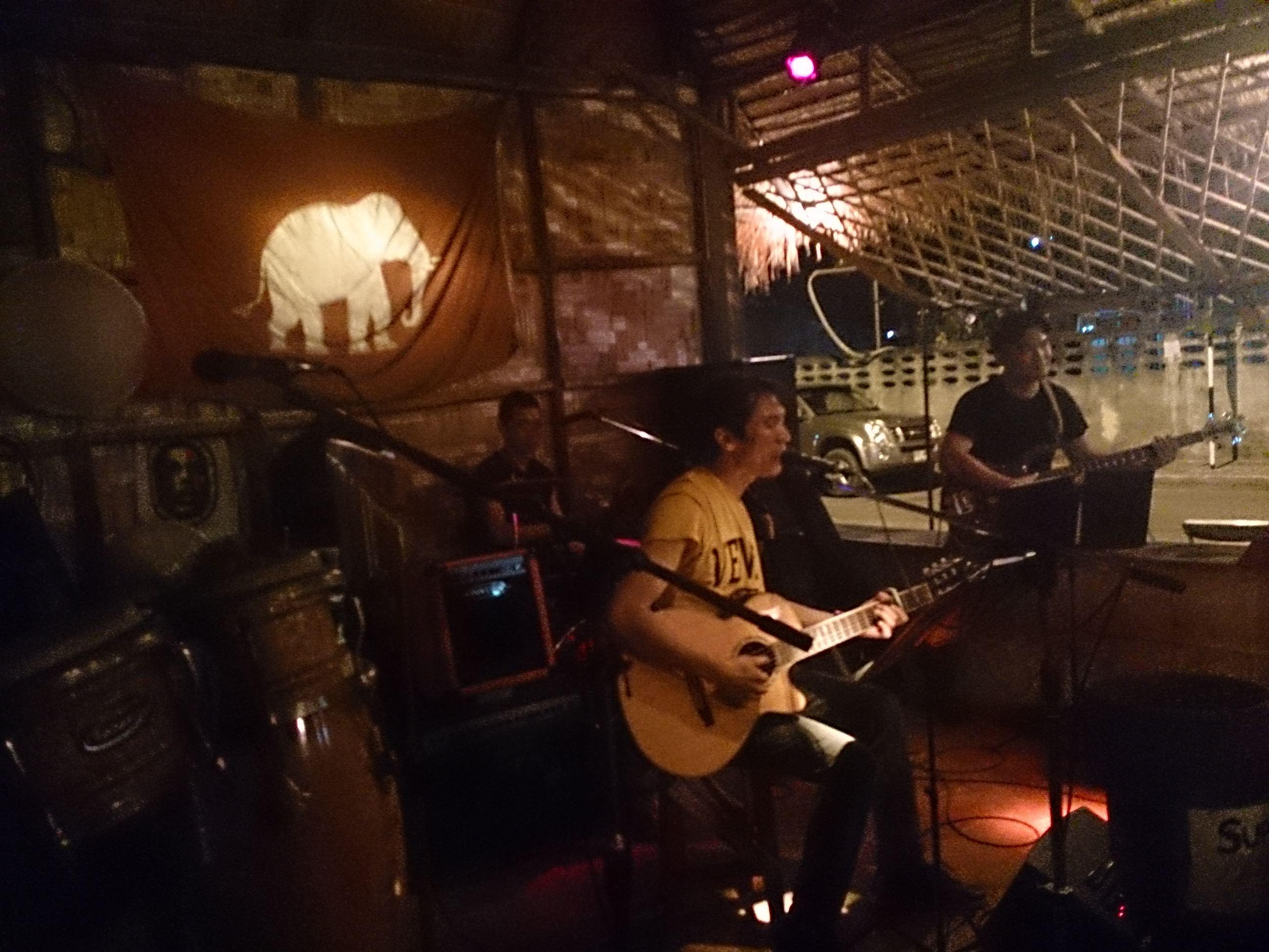 ライブミュージックが響くカンチャナブリーの夜