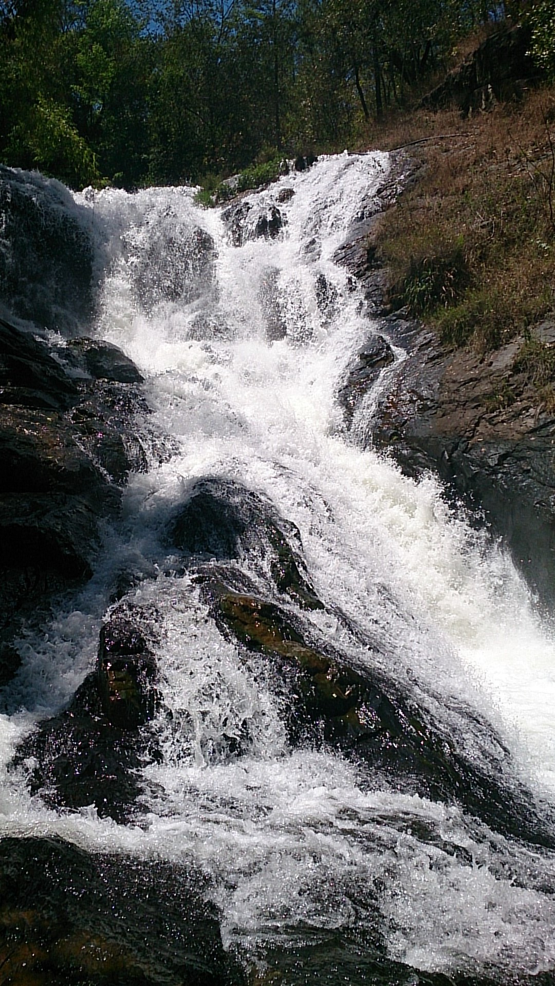 マイナスイオンほとばしるダタンラ滝で癒される