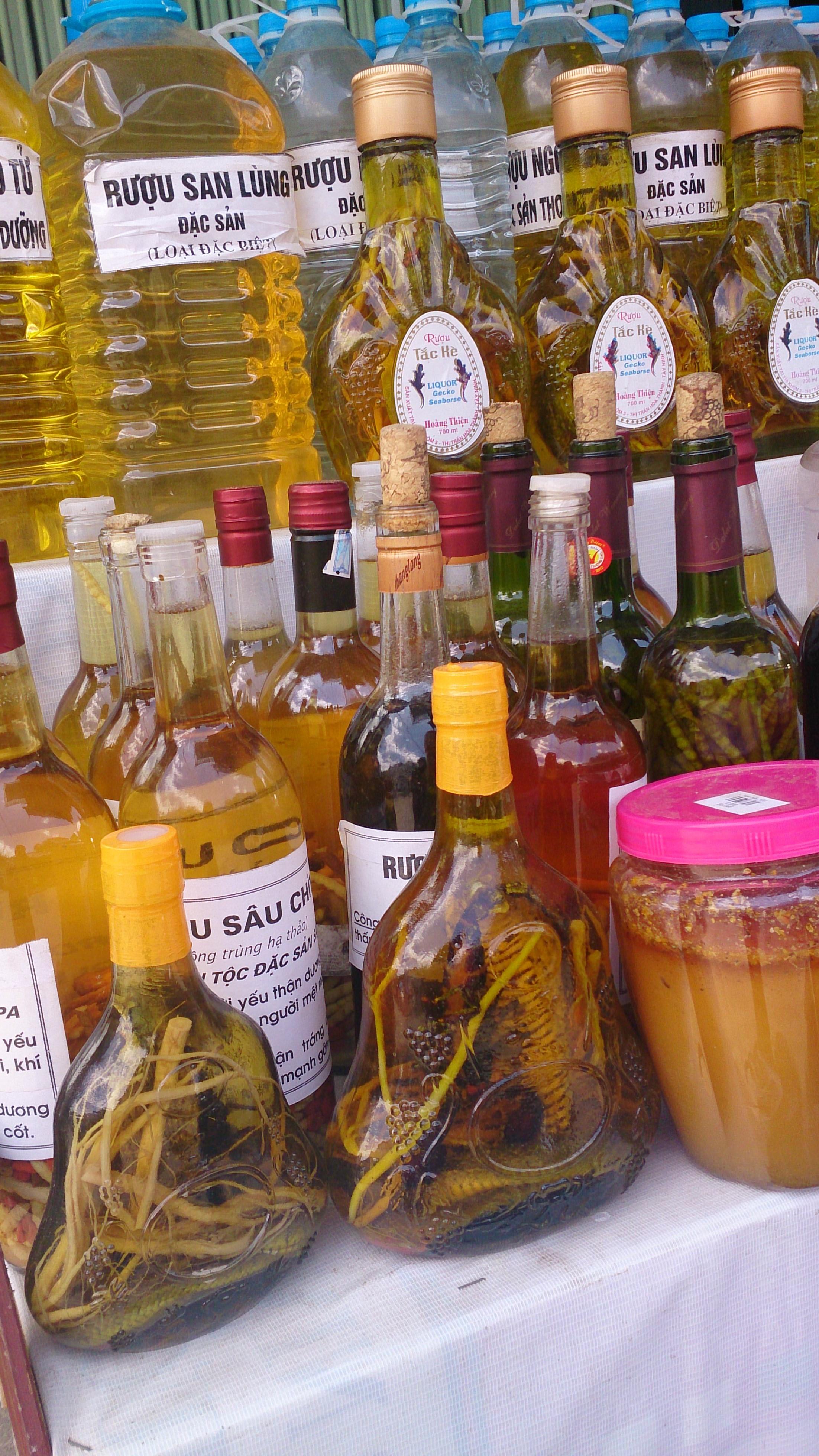 ベトナムが誇る珍酒(サソリにコブラにタツノオトシゴに…)