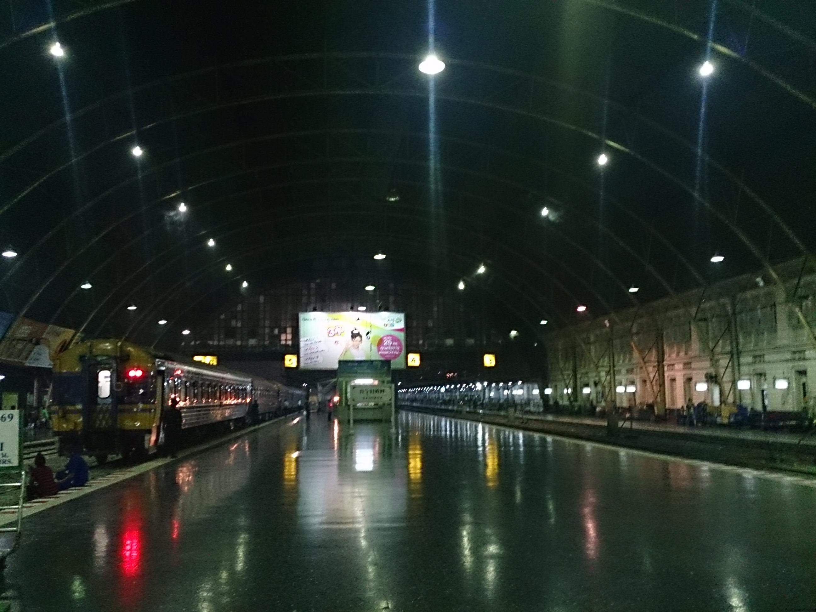 フアラムポーン駅から夜行列車でイサーンの果てへ