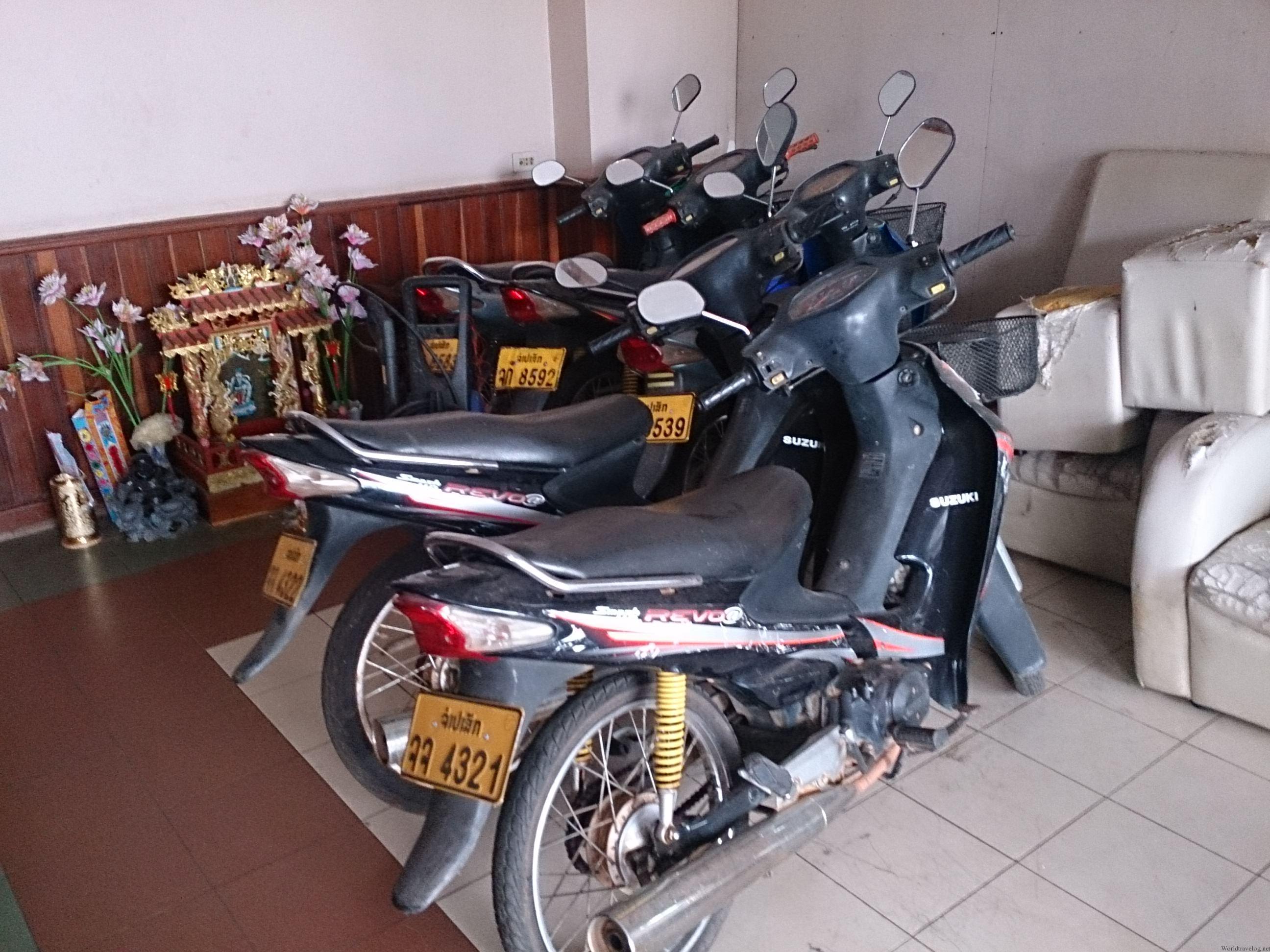 ラオスのパークセーでレンタルバイク