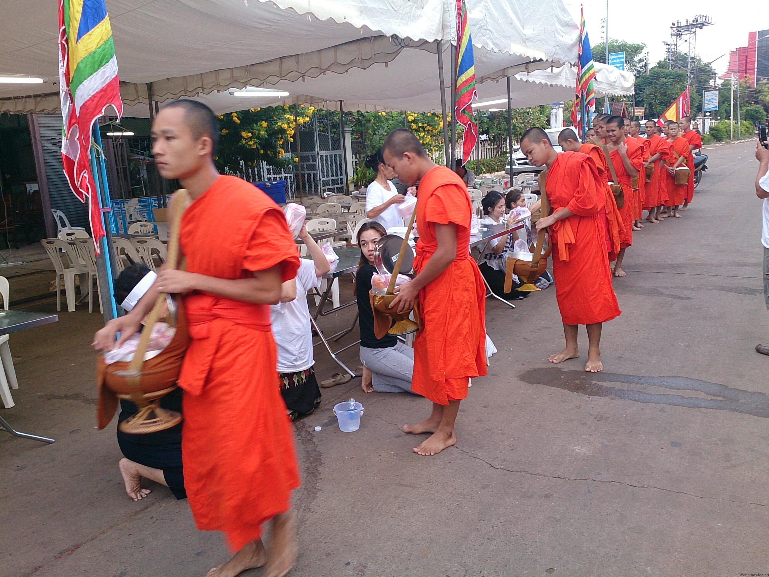 ラオスで見た厳粛な托鉢儀式