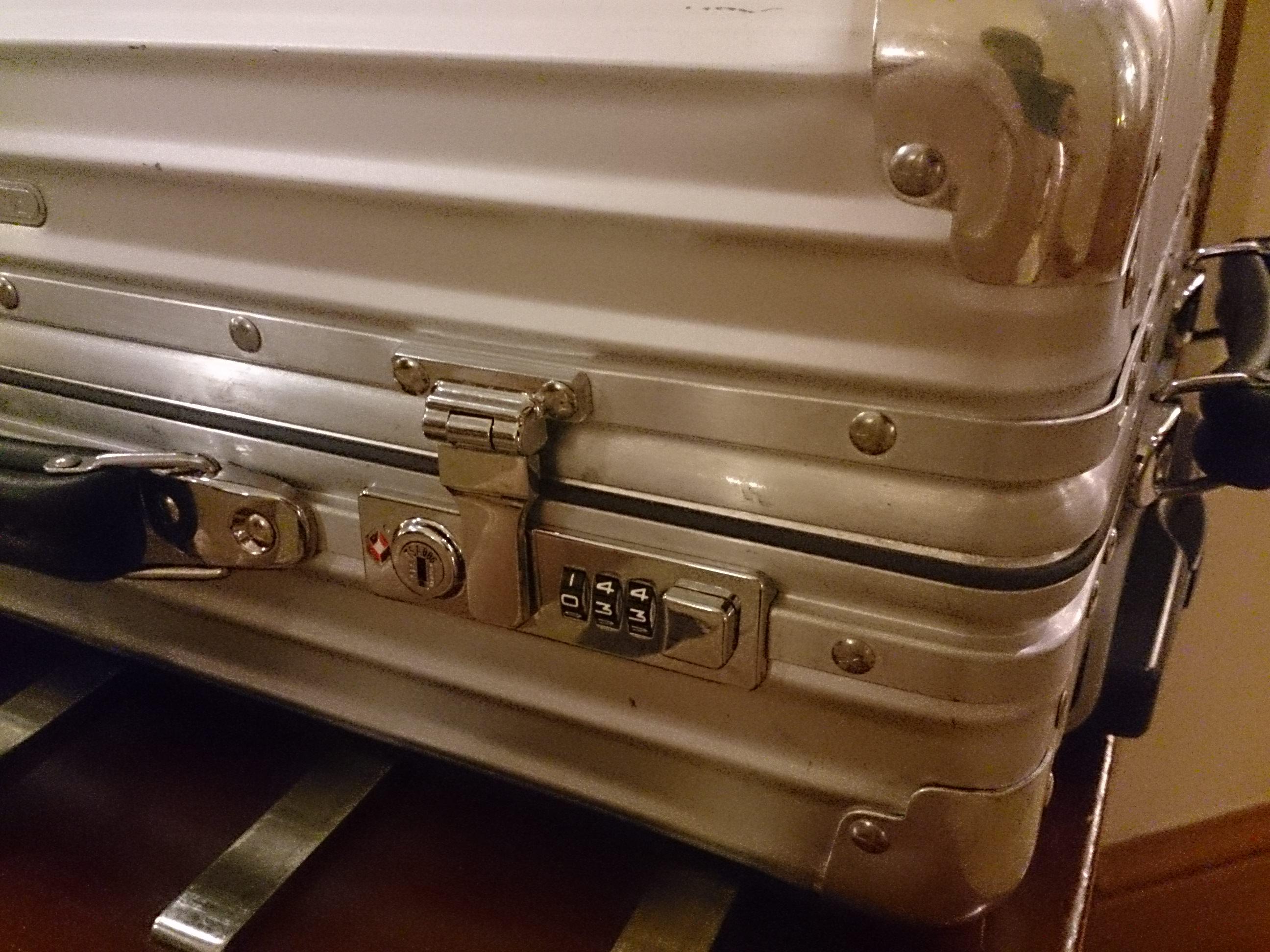 出張中の絶望 スーツケースのダイアルロックが開かなくなった