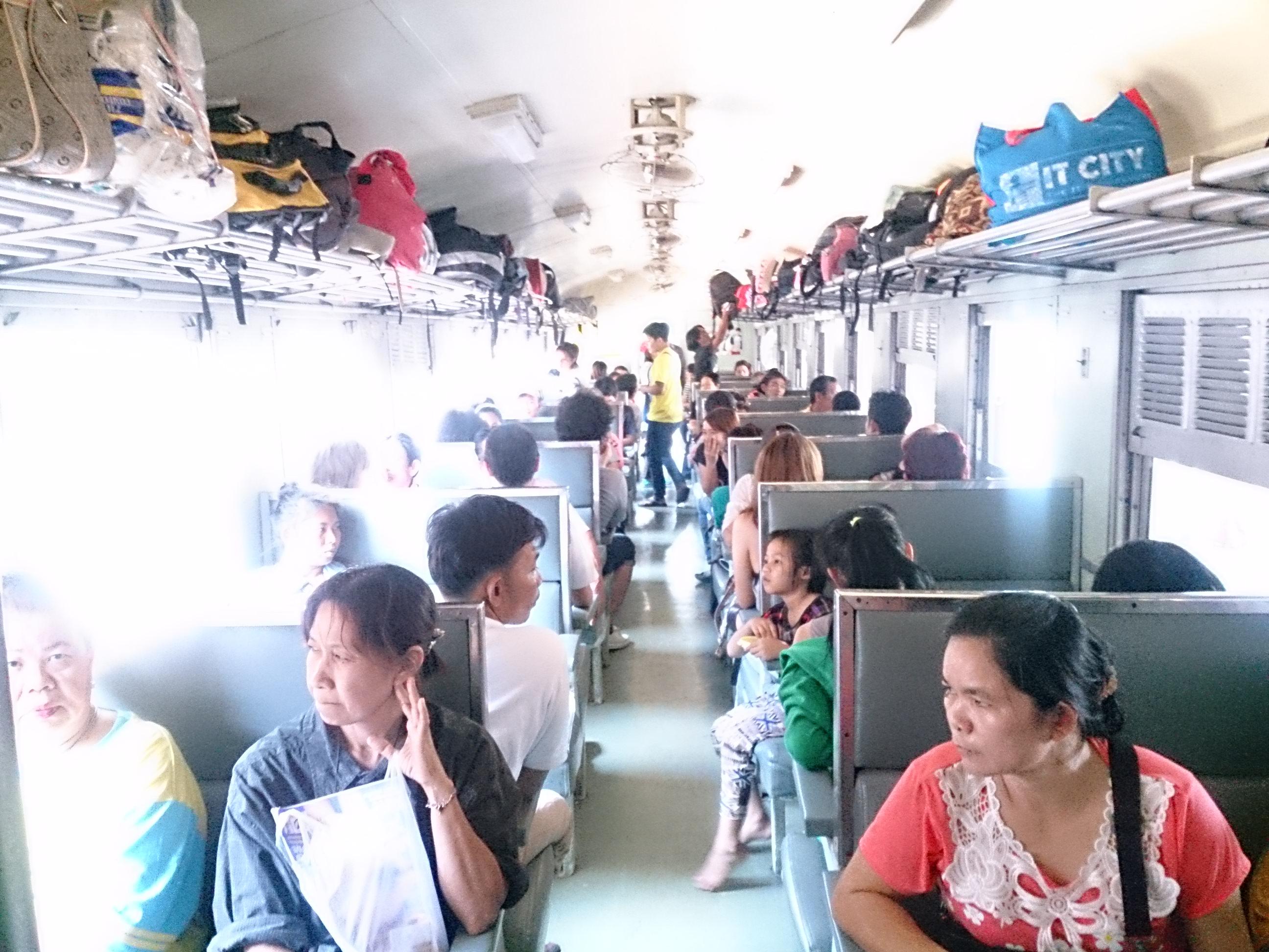 鉄道でバンコクからピサヌロークへ 109号立ち席