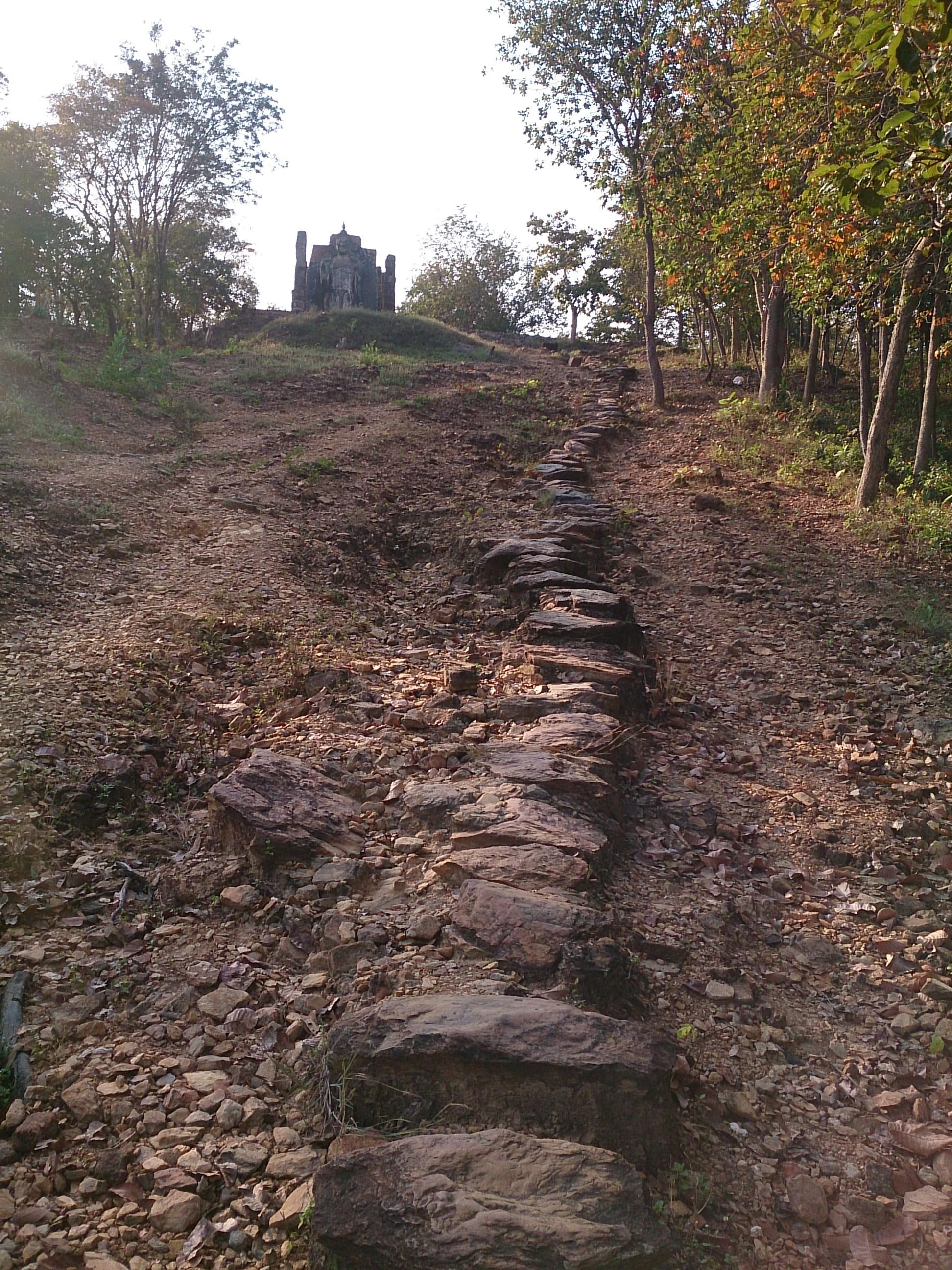 ひっそりとした丘に建つワット・サパーンヒン