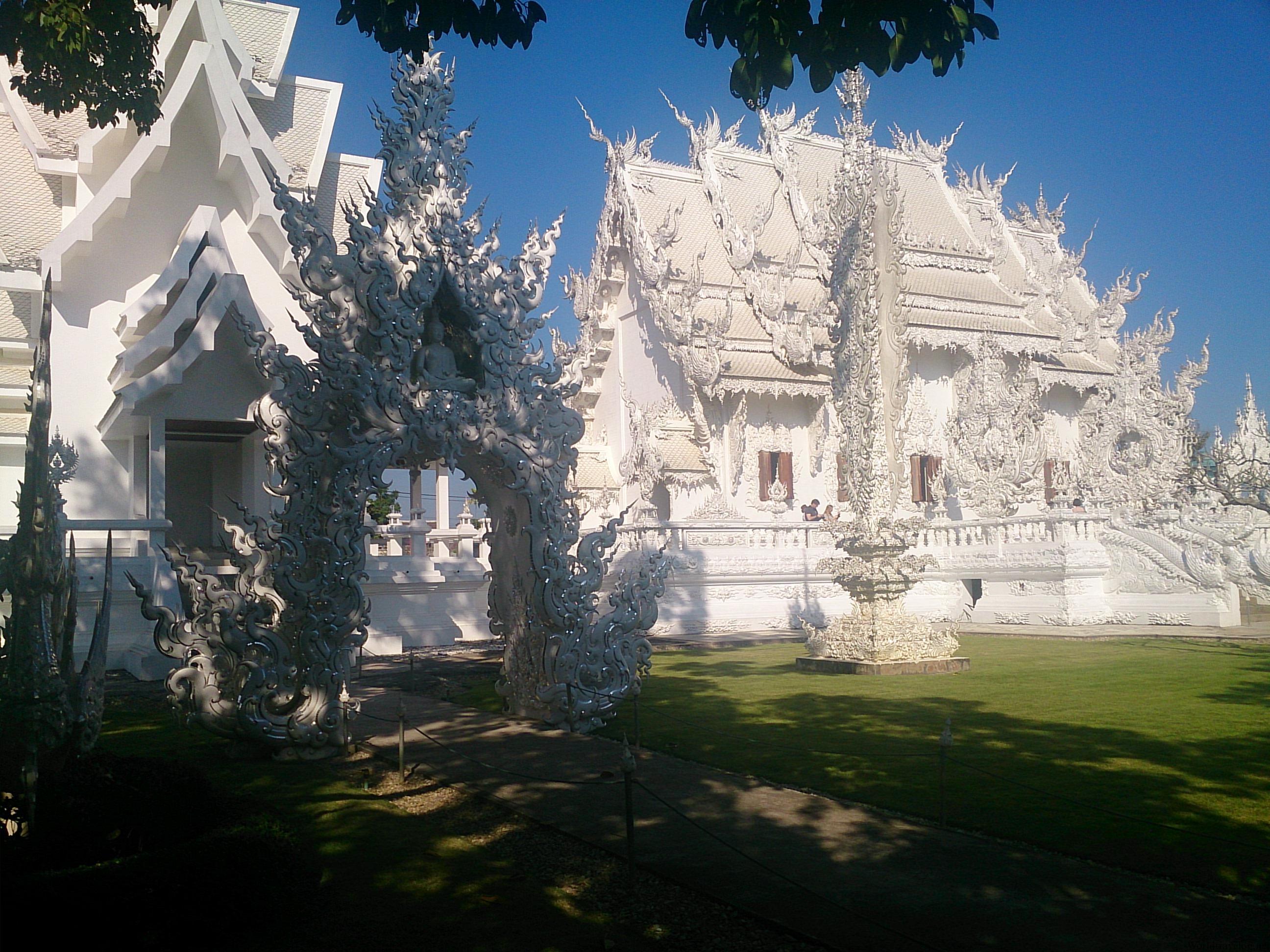 摩訶不思議な仏教アート ワット・ローン・クン
