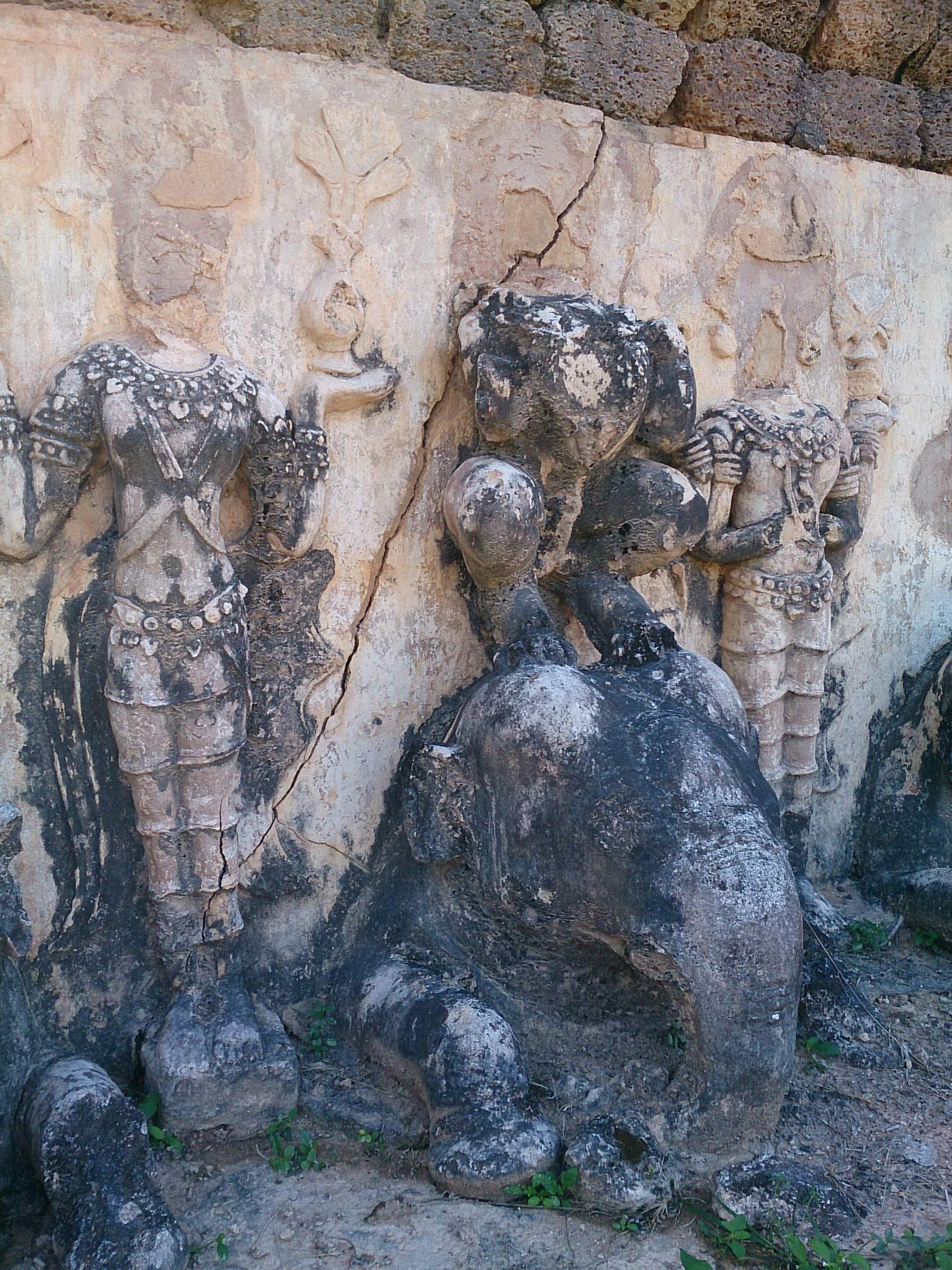ワット・チェディ・シー・ホーンと謎多き城壁南部の寺院群