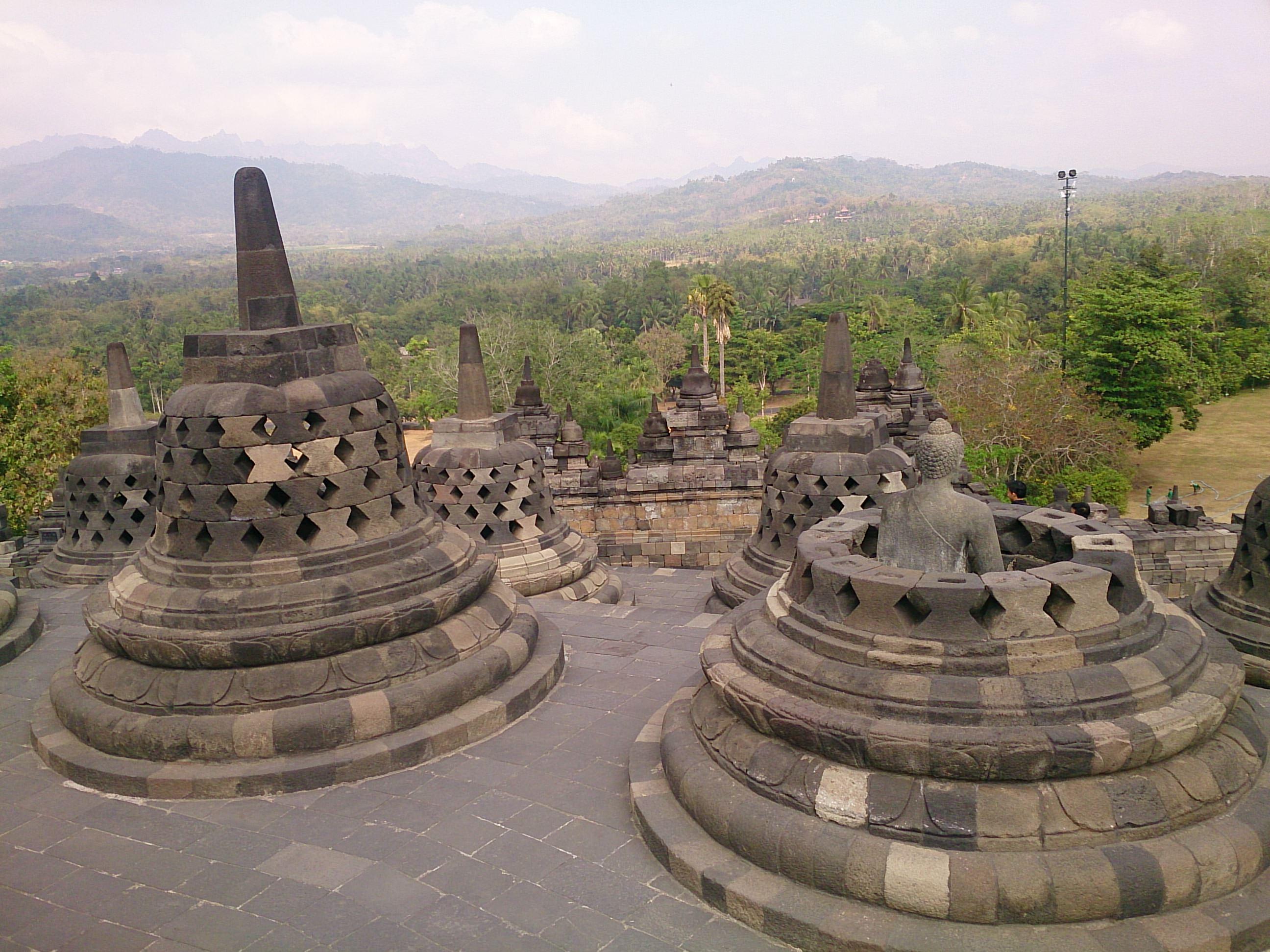 謎に包まれた世界最大の大乗仏教寺院跡 ボロブドゥール