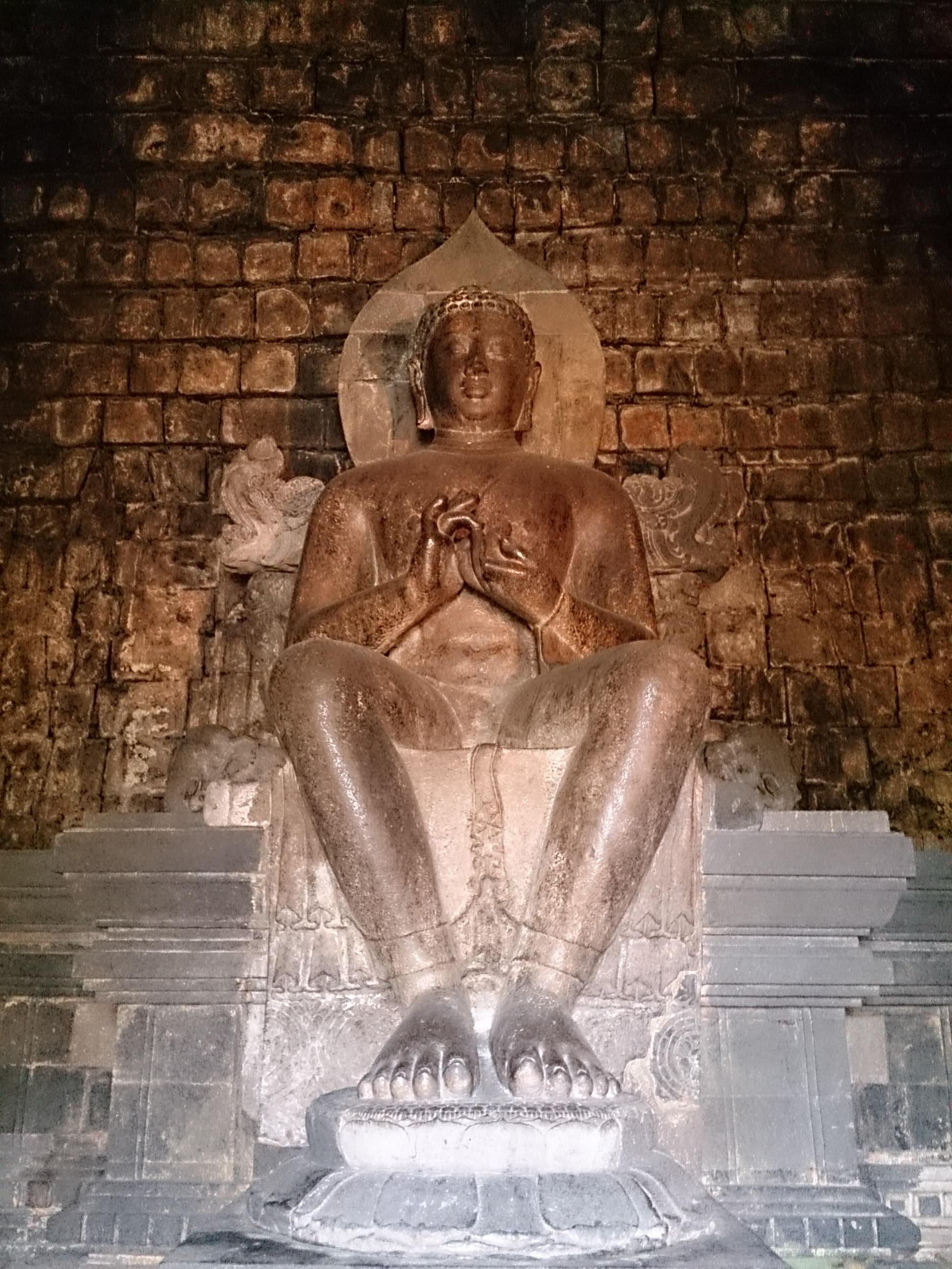 ボロブドゥール様式で建てられたムンドゥッ寺院跡
