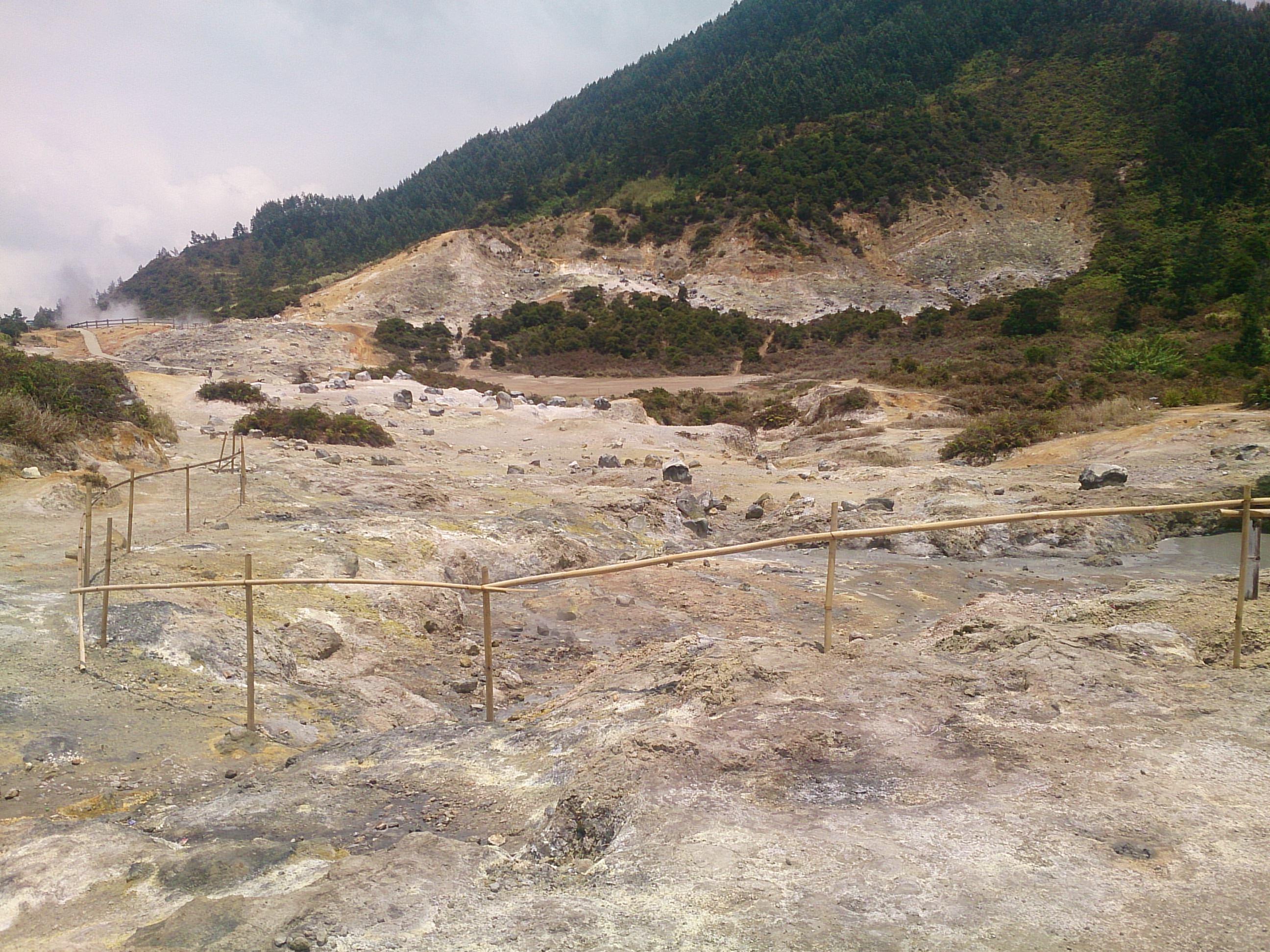 聖地の中の地獄谷・シキダン地熱地帯