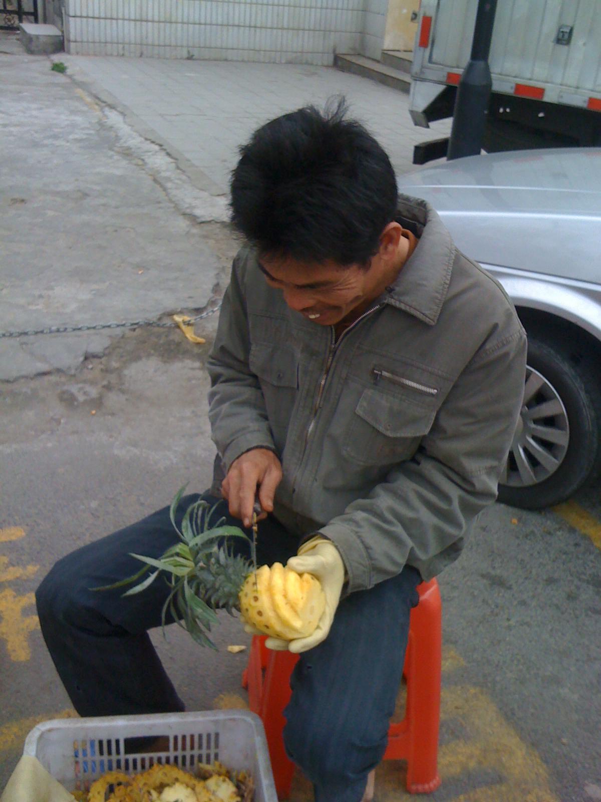 中国のパイナップル螺旋加工職人による芸術