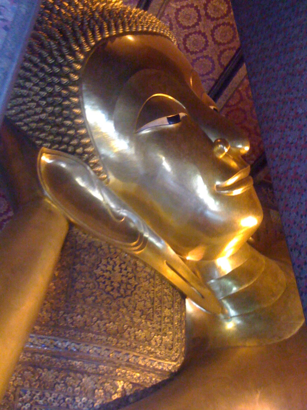 とぼけた寝顔の巨大寝仏像・ワットポー