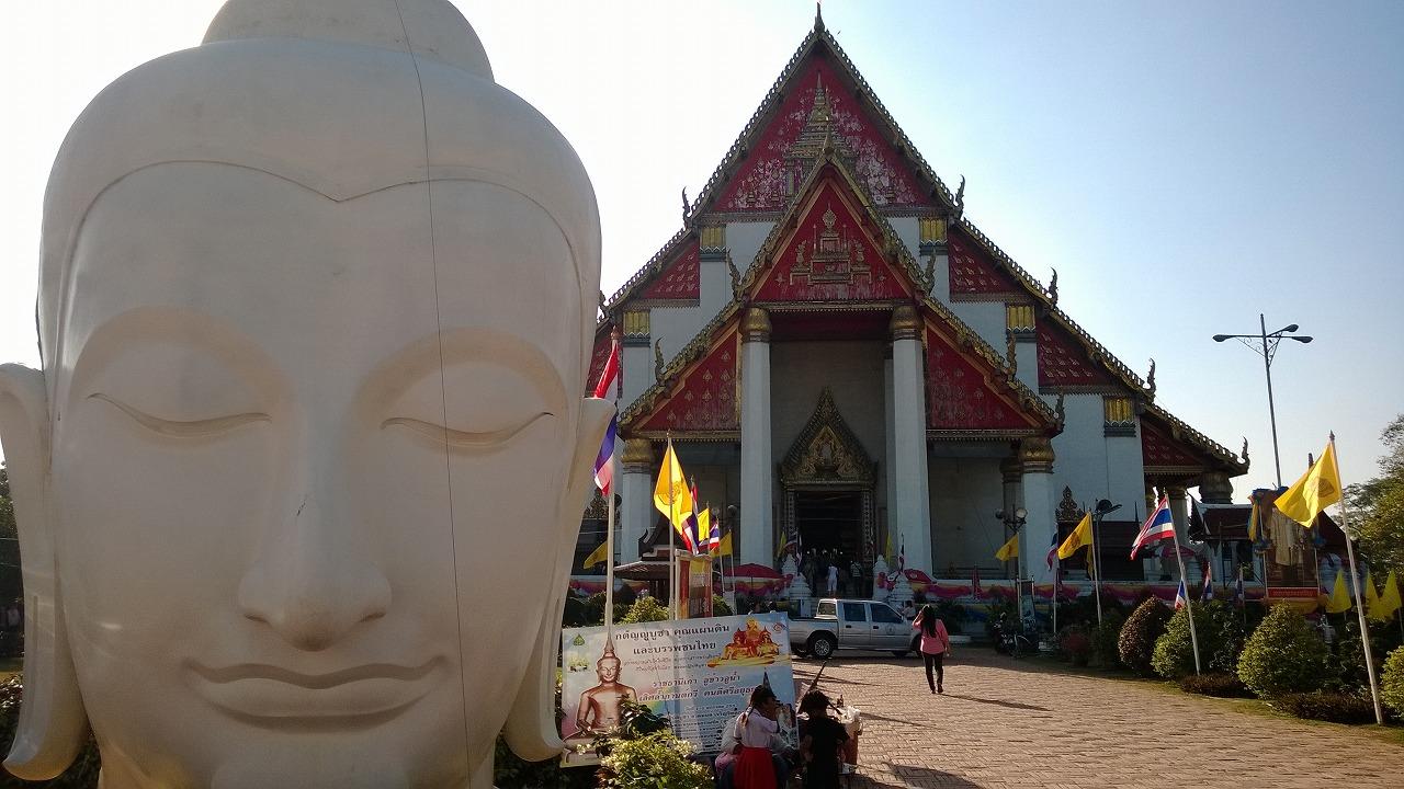 巨大な黄金坐仏が鎮座する プラ・モンコン・ボピット