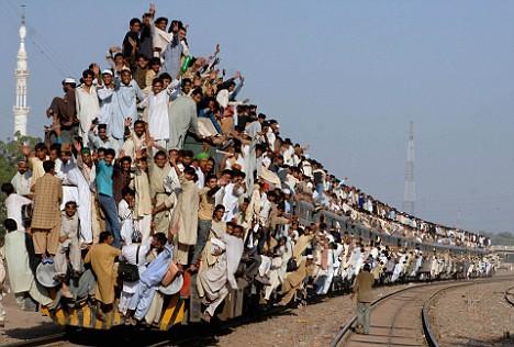 想像を絶するジャカルタの満員電車の込み具合…